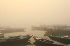 Rodd på Ganges River med tät dimma Arkivbild