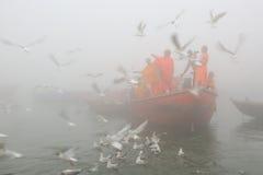 Rodd på Ganges River med tät dimma Royaltyfria Foton