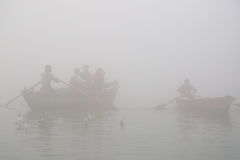 Rodd på Ganges River med tät dimma Arkivfoto