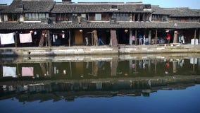 Rodd till och med den kinesiska forntida bron, liv för vattenstadinvånare arkivfilmer