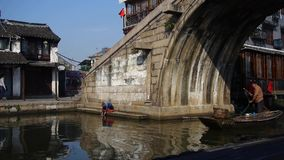 Rodd till och med den kinesiska forntida bron, liv för vattenstadinvånare lager videofilmer