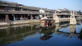 Rodd till och med kinesiska forntida hus, liv för vattenstadinvånare arkivfilmer