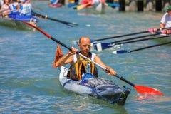 Roddare i den Venedig Vogalonga regattan, Italien Royaltyfria Bilder