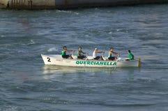 Roddare i gröna skjortor som ror i Genoa Harbor, Genua, Italien, Europa Royaltyfria Foton
