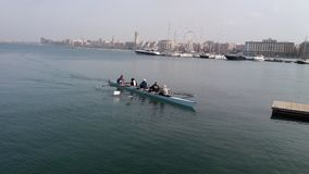 Roddare, medan paddla i havet Arkivfoto