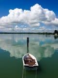 Roddbåt i en sjö Arkivfoton
