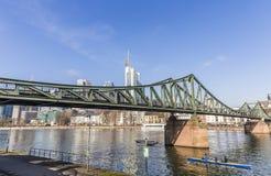 Roddbåt på berömd Eiserner steg i Frankfurt, Tyskland Arkivbilder