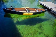 Roddbåt på det klara vattnet fotografering för bildbyråer