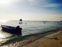 Roddbåt vid stranden Arkivbild