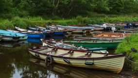 Roddbåtar på Ross Castle royaltyfria bilder