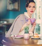 Roddelmeisje in een koffie royalty-vrije stock afbeeldingen