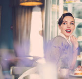 Roddelmeisje in een koffie royalty-vrije stock foto