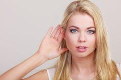 Roddelmeisje met hand achter oor het spioneren royalty-vrije stock fotografie