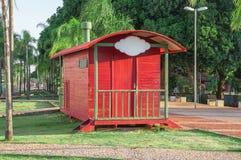 Rode aanhangwagen door het park met oud spoorweg rond spoor, sommige banken en vele bomen en groene aard Plaat om uw merk te zett royalty-vrije stock afbeeldingen