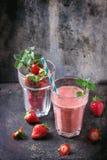 Rode aardbei smoothie stock afbeeldingen