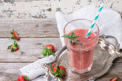 Rode aardbei smoothie royalty-vrije stock afbeelding