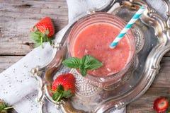 Rode aardbei smoothie stock afbeelding