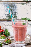Rode aardbei smoothie stock foto's