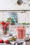 Rode aardbei smoothie royalty-vrije stock fotografie