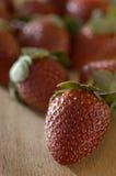 Rode Aardbeien op Hout Stock Foto