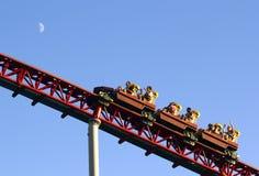 Rode achtbaan bij hoge snelheid stock afbeeldingen