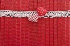 Rode achtergrond met kleine rode harten Stock Foto