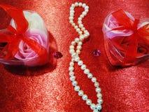 Rode achtergrond met rozen royalty-vrije stock afbeeldingen