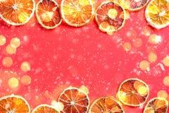 Rode achtergrond met sinaasappelen en gloed stock fotografie