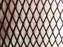 Rode achtergrond met zwarte staal netto muur Royalty-vrije Stock Afbeeldingen