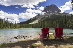 Rode Adirondack-Stoelen Yoho Lake Canadian Rocky Mountains stock afbeeldingen