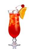 Rode alcoholcocktail binnen met oranje geïsoleerde plak Royalty-vrije Stock Afbeelding