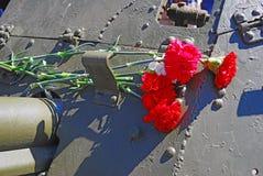 Rode anjers gezet op een machinegeweer Royalty-vrije Stock Foto
