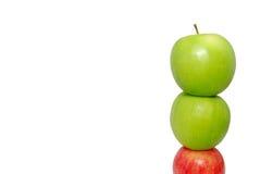 Rode appel bij de bodem van een stapel van appelen royalty-vrije stock fotografie