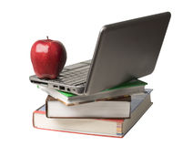 Rode appel bovenop computer en boeken Stock Foto