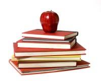 Rode Appel bovenop stapel van Boeken Stock Foto's