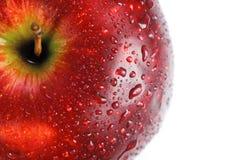 Rode appel die met dalingen van water wordt behandeld Royalty-vrije Stock Afbeeldingen