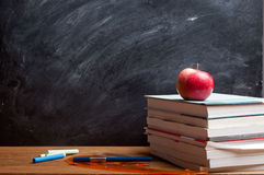 Rode appel die op het boek rusten Royalty-vrije Stock Foto's