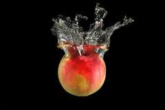 Rode appel die in water valt Stock Foto