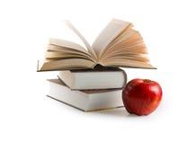 Rode appel en boeken (met het knippen van weg) Royalty-vrije Stock Foto