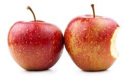 Rode Appel en Gebeten Rode Appel op Wit Stock Afbeeldingen
