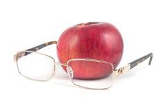 Rode appel en glazen op een witte achtergrond Royalty-vrije Stock Foto's