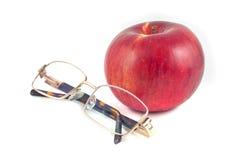Rode appel en glazen op een witte achtergrond Stock Afbeelding