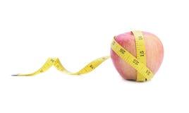 Rode appel en het meten van band Stock Foto