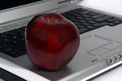 Rode appel en laptop close-up Stock Afbeeldingen