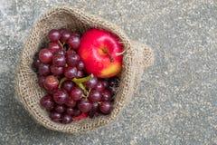 Rode appel en rode druiven Royalty-vrije Stock Afbeeldingen