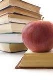 Rode appel en stapel van boeken. Royalty-vrije Stock Afbeelding