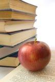 Rode appel en stapel van boeken Royalty-vrije Stock Foto's