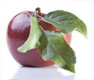 Rode appel met blad Stock Afbeeldingen