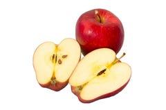 Rode appel met blad en plak op een witte achtergrond Royalty-vrije Stock Afbeeldingen