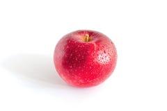 Rode appel met dalingen van water Stock Fotografie
